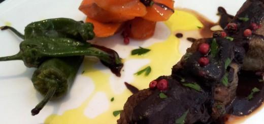 Brocheta de cordero con verduras caramelizadas y salsa mole de chocolate