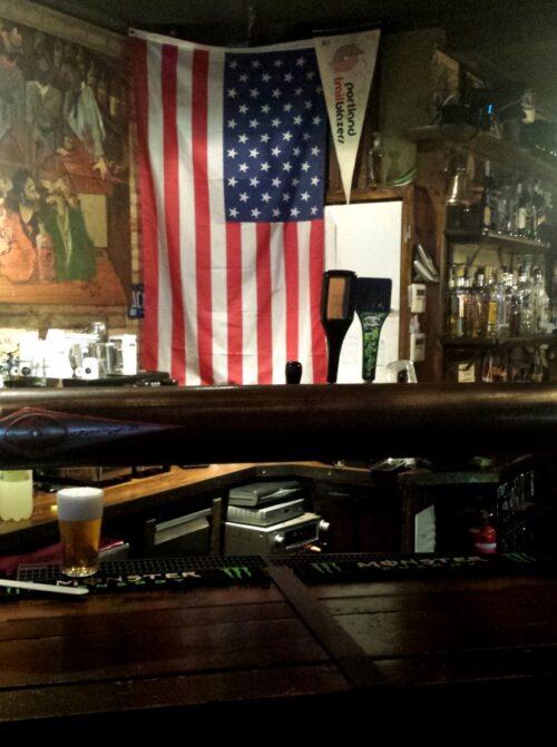 Portland Ale House (Valencia) - Bandera USA y tirador de cervezas