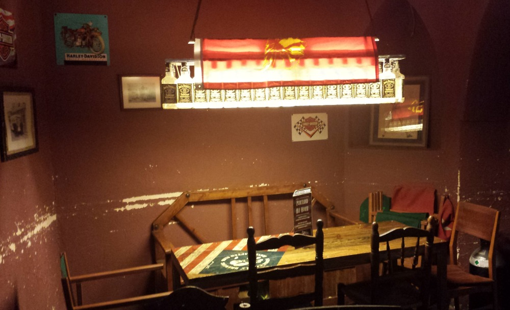 Portland Ale House (Valencia) - Lámpara de botellas de whisky