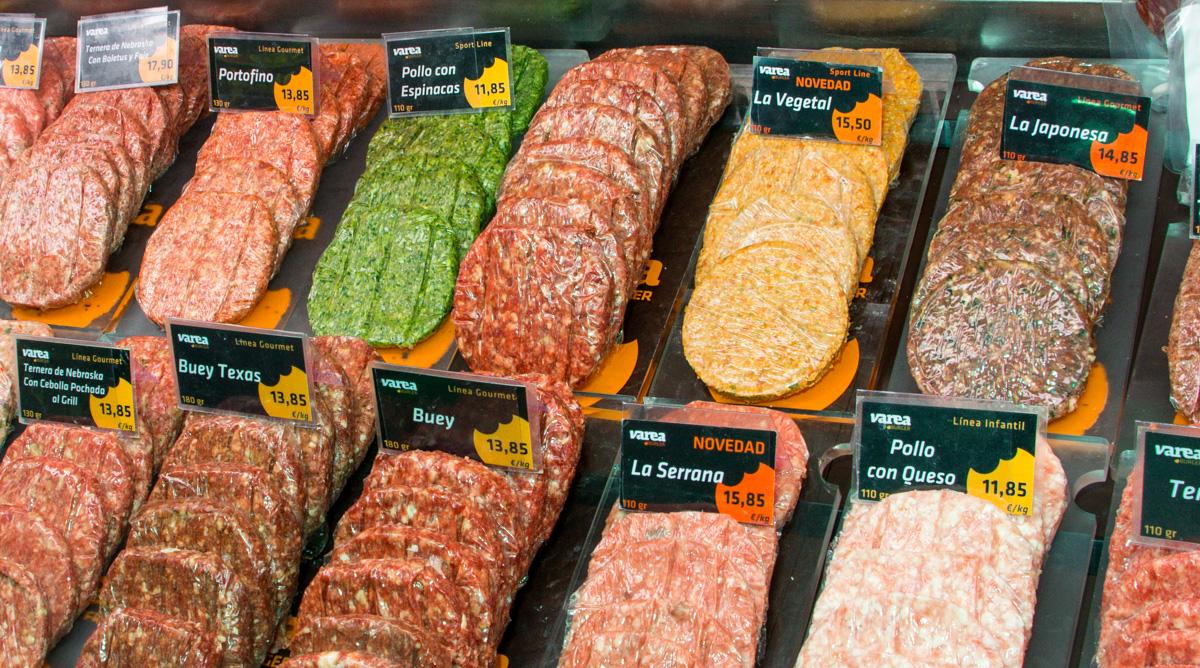 Varea: El placer de comer hamburguesa en plato