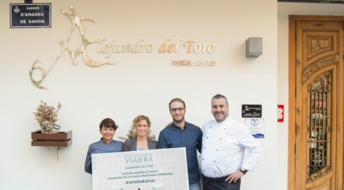 Alejandro Del Toro entrega el premio de La Clóchina Viajera