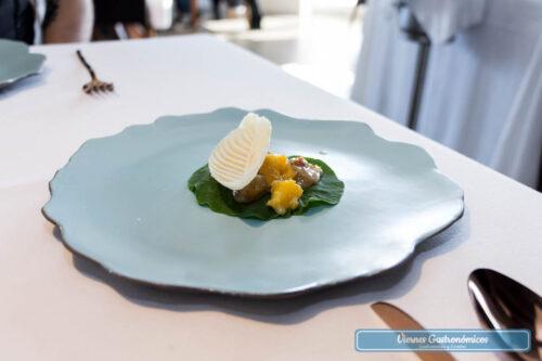 """Restaurant L'Antic Molí - Jornadas de la Galera 2017 - """"Cebiche"""" de galera sobre hoja de capuchina y flor de naranja"""